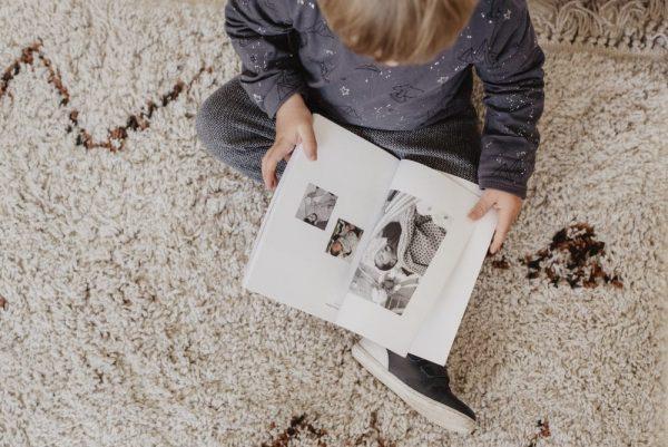 enfant-en-train-de-lire-un-livre-innocence-paris